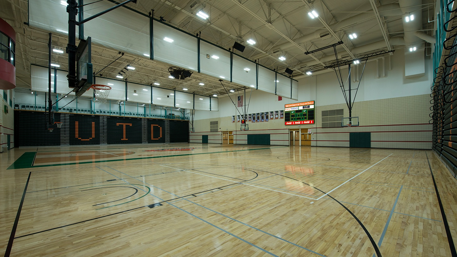 UT Dallas retrofits from HID to LED in arena to boost performance and controllability